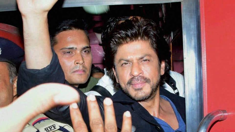 शाहरुख़ की ट्रेन यात्रा की दुखद शुरुआत, एक झलक पाने के चक्कर में फैन की मौत !