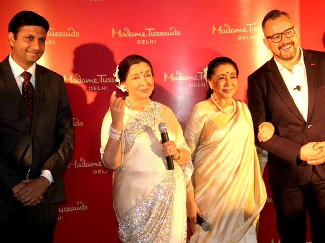 आशा भोंसले ने दिल्ली के मैडम टुसौड में किया अपने माँ के पुतले का उद्घाटन!