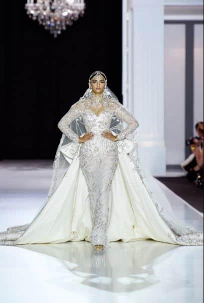 जब पेरिस फैशन वीक में रैंप पर आग लगाने उतरीं एक्ट्रेस सोनम कपूर !