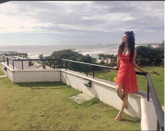 तस्वीरें : श्रीलंका में बेहद दिलकश अंदाज़ में छुट्टियां मना रही हैं एक्ट्रेस मोनी रॉय!