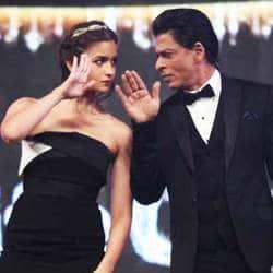 देखिये क्या सोच रहे हैं शाहरुख़ और आलिया के फैंस अभी इसी वक़्त  !