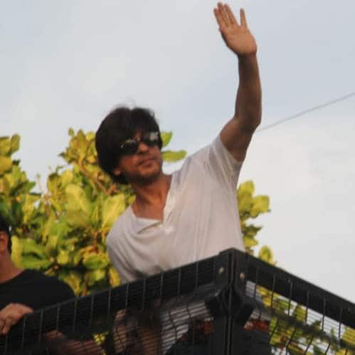 Spotted: Shah Rukh Khan Waves To Fans On His 54th Birthday, Janhvi Kapoor Shows Off The Perfectly Toned Midriff!