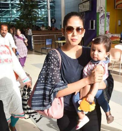 देखिये तस्वीरें: मुंबई एयरपोर्ट एक बार फिर कैमरे में कैद हुई शाहिद की बेटी मीशा !