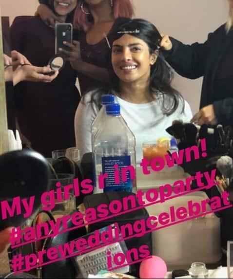 ब्राइडल शावर के लिए हेयर स्टाइल करवातीं प्रियंका ने अपनी दोस्तों के साथ ये तस्वीर शेयर की ! -