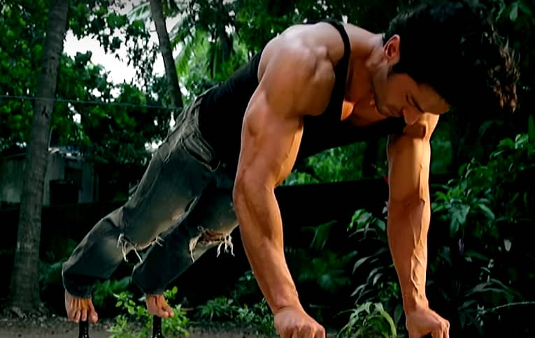 Vidyut Shows His Junglee Side & Tells His Fans To Be Junglee