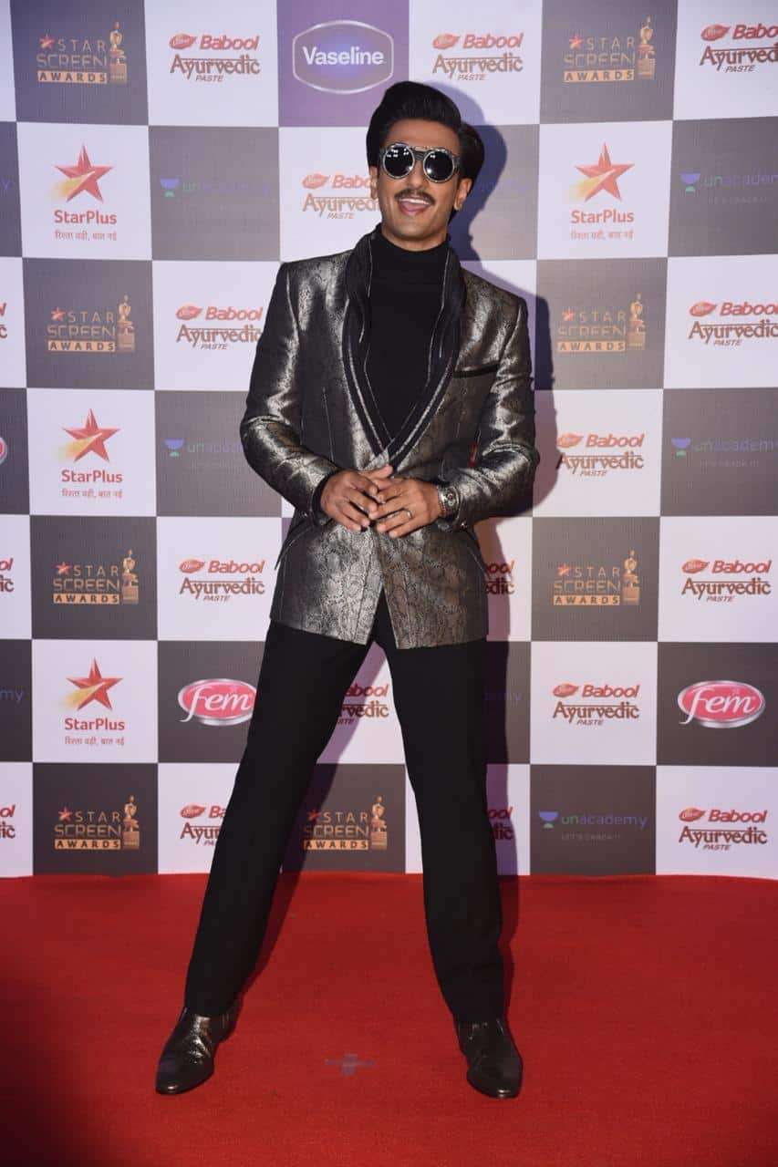 Ranveer Singh's Red Carpet Shenanigans With Sara Ali Khan, Siddhant Chaturvedi And Shahid Kapooor Is Pure Madness