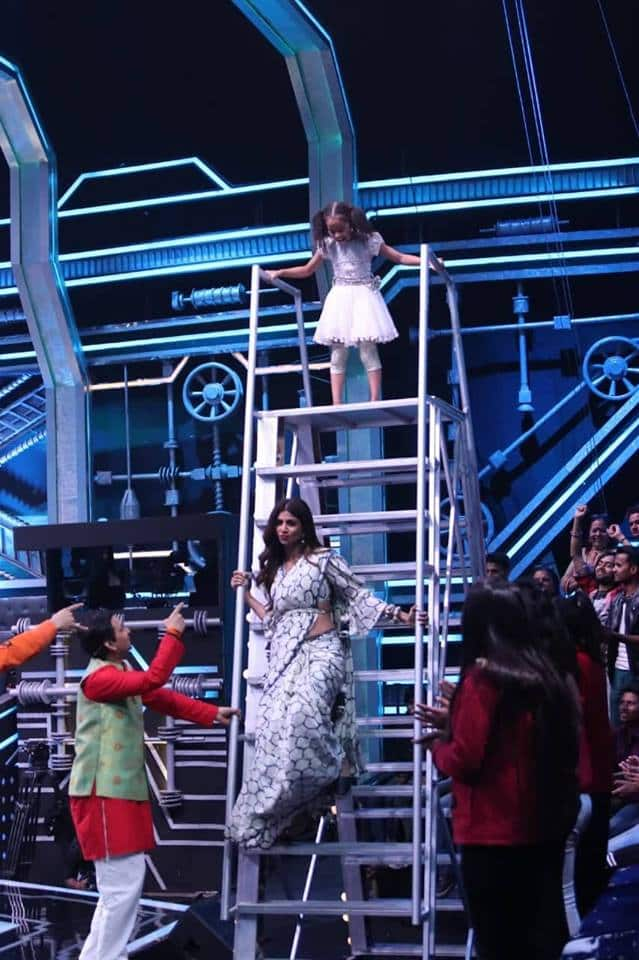 Shilpa Shetty Is Terrorised On The Sets Of Super Dancer; Falls Off From Her Chair!!