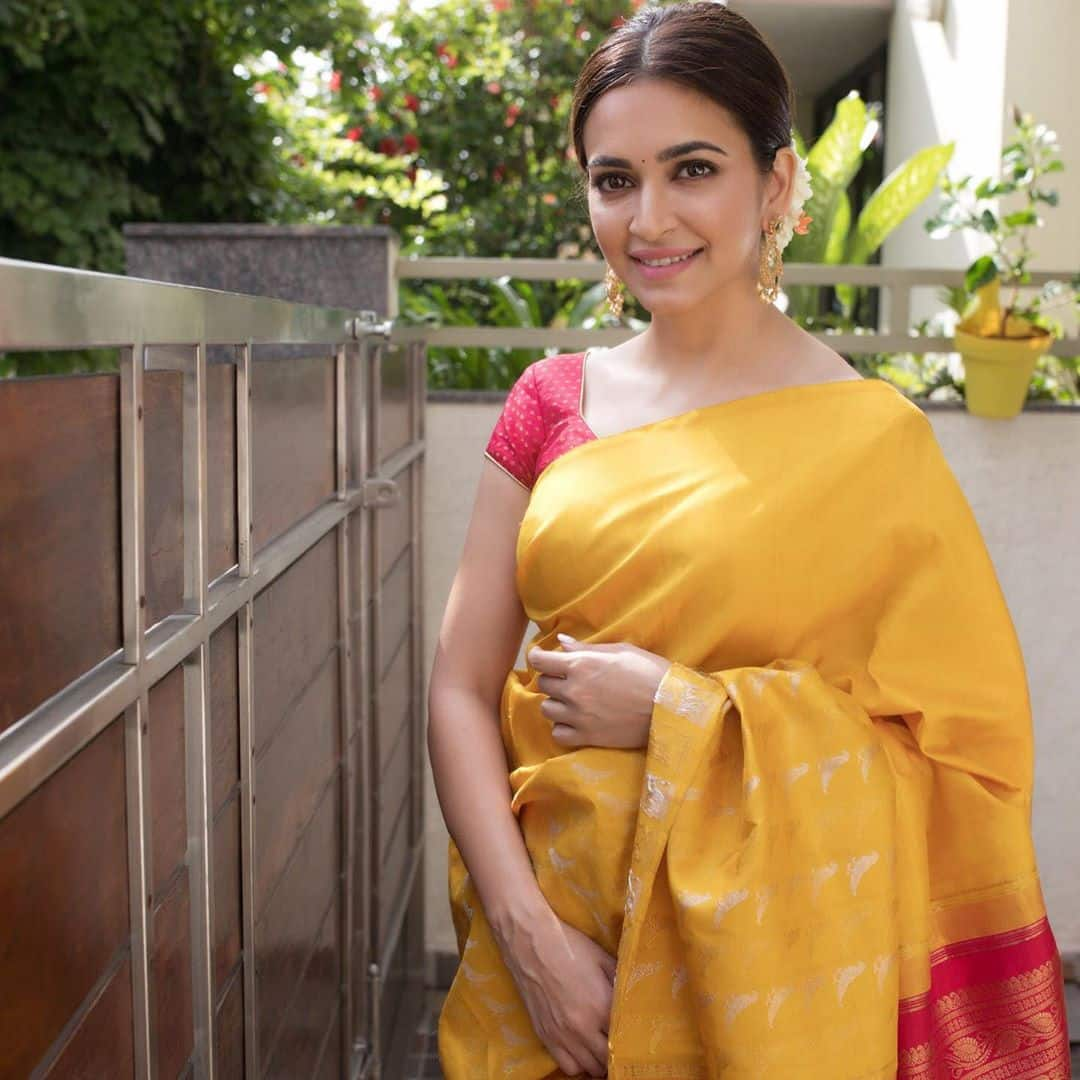Kriti Kharbanda's Simple Saree Avatar Is Our Favorite Festive Look So Far, Here's How You Can Get It