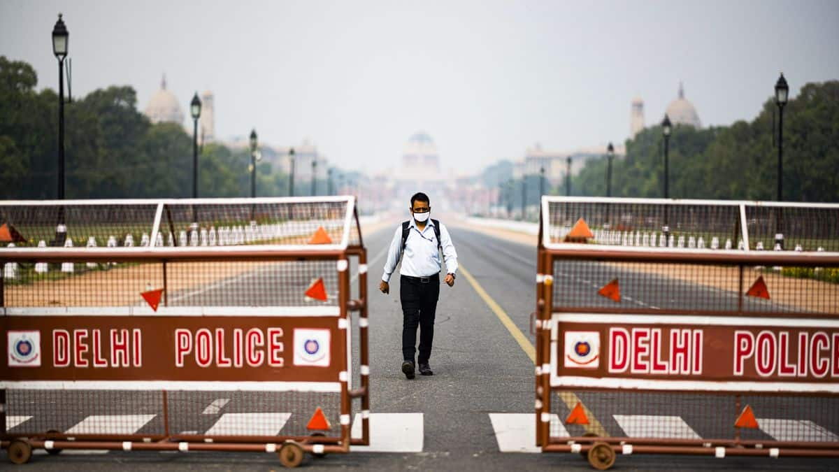 Amitabh Bachchan, Kartik Aaryan And Other Celebs Support 21-Day National Lockdown; Urge Fans To Stay Home