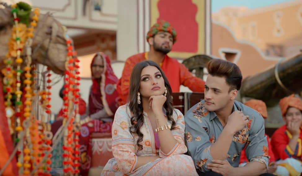 Asim Riaz Keeps Feeding Himanshi Khurana In Kalla Sohna Nai Song, Has A Lot Of Forced Laughs Apart From A Breezy Chemistry