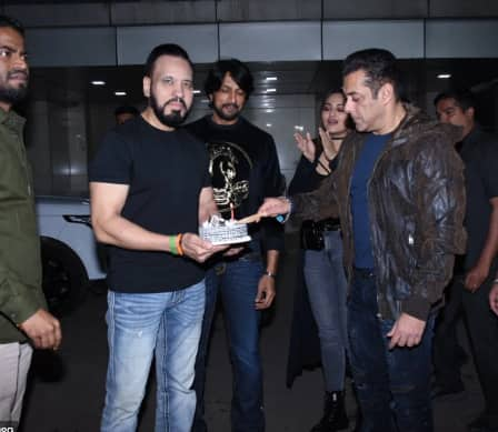 Chulbul Pandey Just Wished His 'Lookalike' Salman Khan A Happy Birthday, You Need To See It To Believe It