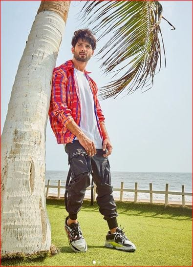 This Summery And Sporty Look Of Shahid Kapoor Can Be Your's Under Rs. 2500, Here's How