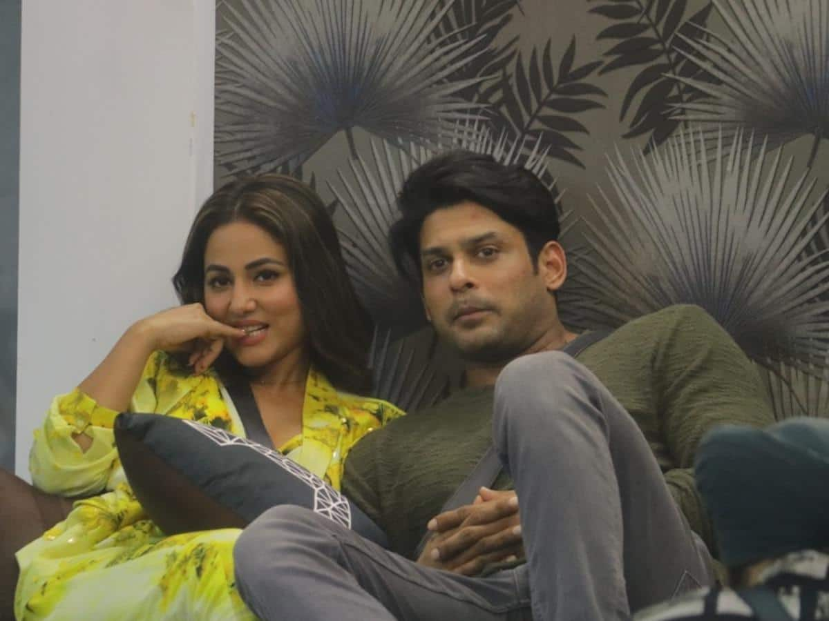 """Hina Khan reveals how Sidharth Shukla cheered her up after her father&squot;s demise: """"I still go through that chat."""""""